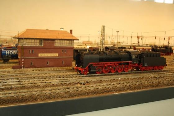 Stellwerk Hamburg Harburg mit Dampflokomotive